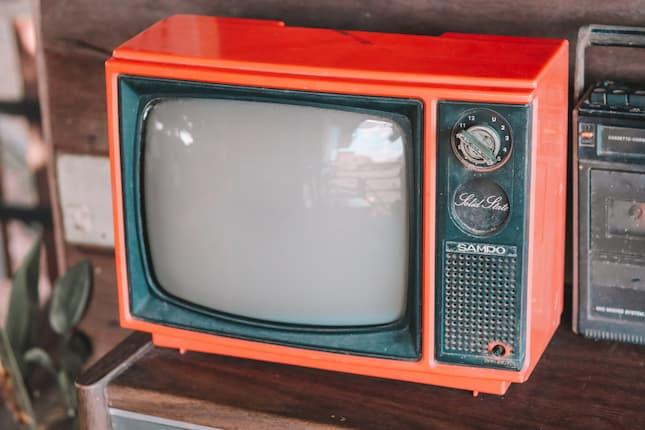 La audiencia confía en la televisión y la radio y desconfía de redes sociales e influencers